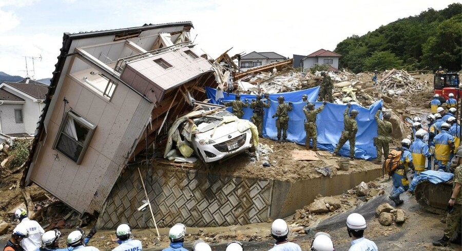 Bilproducenten Mazda stoppede driften i to af sine fabrikker i Hiroshima og Yamaguchi både mandag og tirsdag. Fabrikanten var både udfordret af mangel på levering af bildele og af ansatte, som ikke kunne møde op.