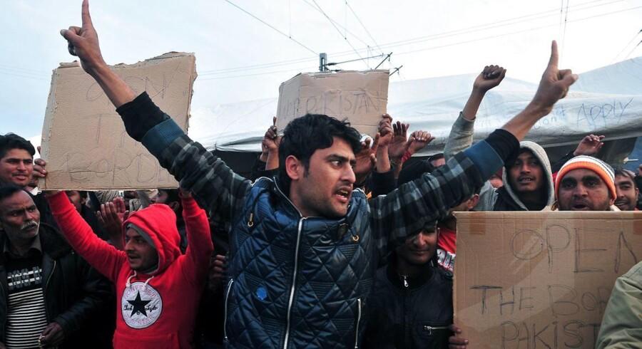 En spontan demonstration i en lejr ved Idomeni nær grænsen til Makedonien, 26. marts. Foto: Sakis Mitrolidis/AFP
