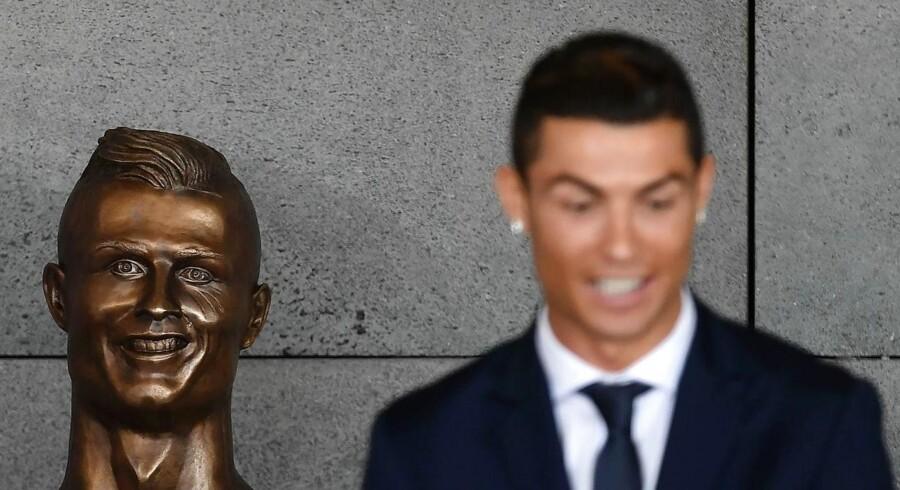 Skulpturen af Christiano Ronaldo har vakt forundring på de sociale medier. Nu forsvarer kunstneren sig. Foto: FRANCISCO LEONG/AFP.
