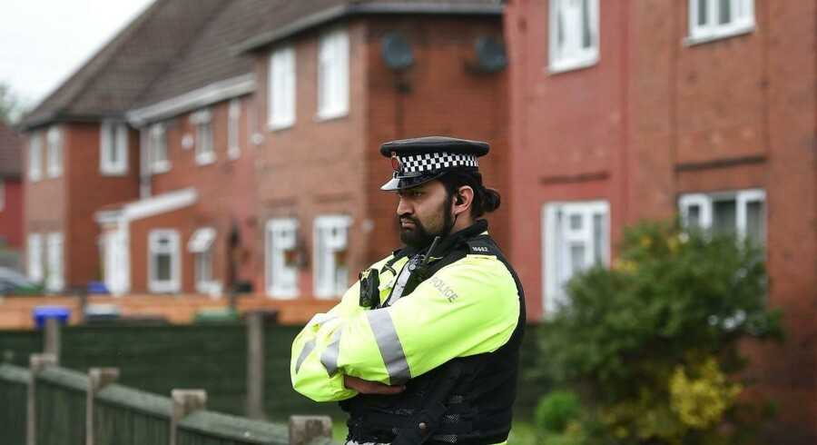 To venner fra den mistænktes uddannelse kontaktede for fem år siden en hotline, den britiske regering har oprettet til pårørende, der er bekymret over radikaliserede individer.