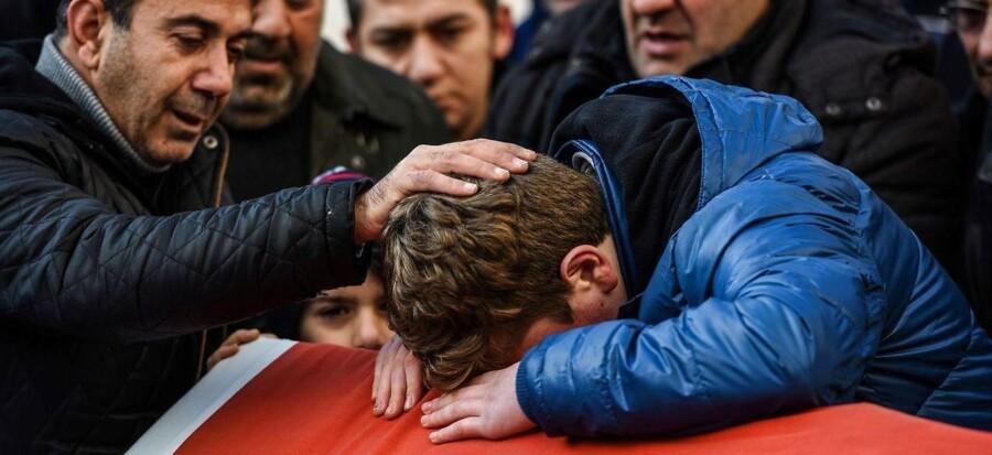 Pårørende til Ayhan Arik, som er en af ofrene på natklubben Reina, sørger ved hans begravelse 1. januar i Istanbul.