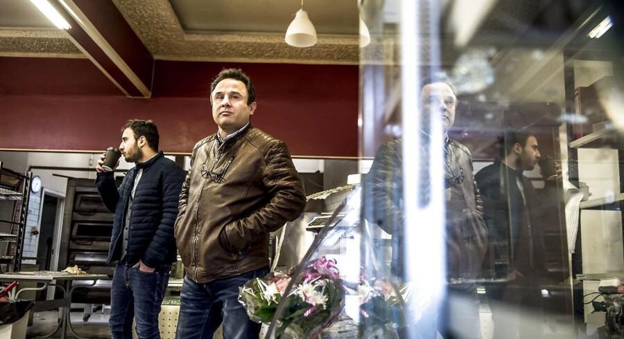 Caféejeren li Parnians sammen med sin far i Alis bageri i Tingbjerg i København som har været ramt af hærværk. Han fik tirsdag besøg af udlændinge- og integrationsminister Inger Støjberg (V.