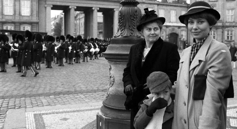 Kirsten Olesen i rollen som Agnes Jensen fra Matador, torsdag d. 12. juni på Amalienborg Slotsplads - sammen med Elin Reimer i rollen som Laura. Danske politikere er kommet i karambolage om fortolkningen af den fiktive Agnes' holdning til topskat.
