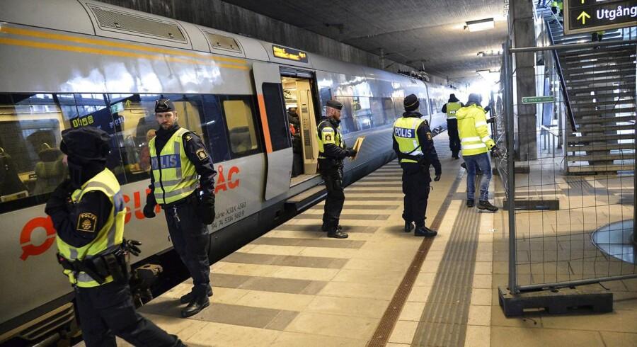 Svensk politi sætter hegn op på togstationen Hyllie i Malmø søndag aften inden ID-kontrollen indføres. Det sker for at adskille indenrigs- og udenrigsrejsende. Foto: Johan Nilsson / TT / Kod 50090