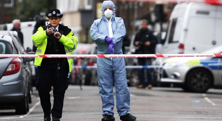 Politiafspærring og polititeknikere er et hyppigere og hyppigere syn i gadebilledet i London - og især i den østlige del af byen. Massive politinedskæringer kan nu for alvor mærkes, siger kritikere. Siden 2010 er der blevet 21.000 færre politiansatte i Storbritannien.