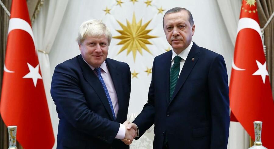 Storbritanniens udenrigsminister Boris Johnson hilser på Tyrkiets præsident Tayyip Erdogan. Arkivfoto: Scanpix