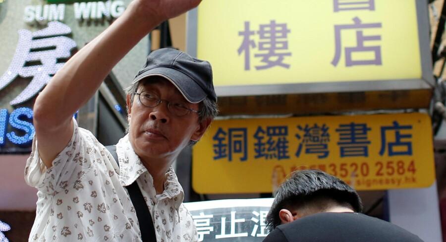 Den løsladte boghandler fra Hong Kong, Lam Wing-kee, vinker søndag til sine støtter uden for butikken Causeway Bay Books, hvorfra han deltog i en protestmarch gennem Hong Kongs gader, efter at han har løftet sløret for de kinesiske myndigheders fængsling og ikke mindst afhøringsmetoder over for ham, fordi han udgiver systemkritiske bøger og publikationer. Marchen omfattede også underskriftindsamling og bannere med kritik af det kinesiske styre. (Foto: Bobby Yip/Reuters, Alex Hofford/EPA og Jerome Favre/EPA)