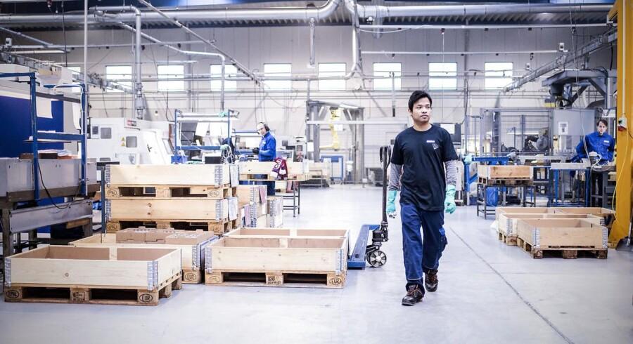Tendensen er, at flere og flere østeuropæere forlader det danske arbejdsmarked og i stigende grad erstattes af flygtninge. Der er dog stadig flere og flere ubesatte job i byggeriet og industrien.