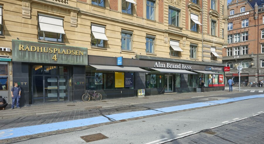 Alm. Brand har solgt en af landets mest centralt beliggende erhvervsejendomme Rådhuspladsen 4 i hjertet af København. Salgsprisen er på 590 mio. kr.