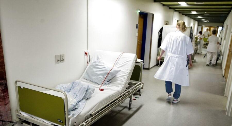 Et nyudviklet såkaldt »fast track«-forløb betyder, at patienter, som har fået indopereret en ny hofte eller et nyt knæ på Hvidovre Hospital, nu kan komme ud af sengen efter én time og udskrives helt tre-fem timer efter endt operation.
