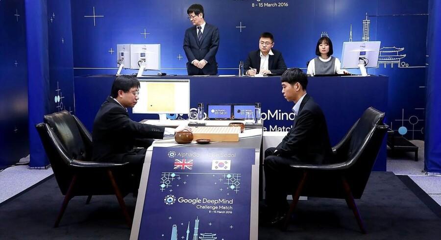 Onsdag blev et nyt kapitel føjet til bogen om kunstig intelligens. Under ikke ubetydelig bevågenhed sejrede Googles maskine AlphaGo mod den sydkoreanske topspiller Lee Sedol i Go i den første af i alt fem kampe, der alle finder sted i Seoul.
