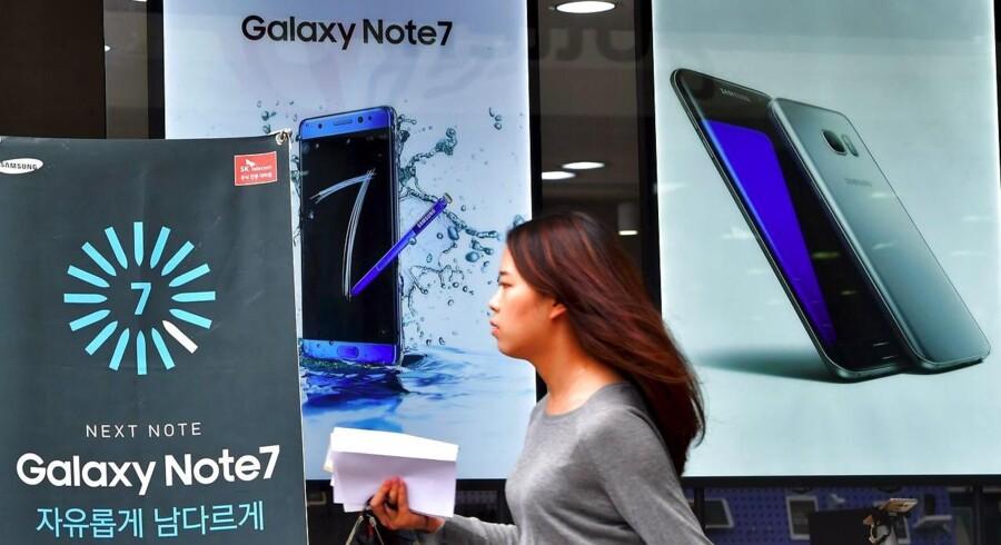 Samsungs nye toptelefon, Galaxy Note 7 (til venstre), har siden 19. august været til salg i enkelte lande, men Samsung har bedt alle om at slukke telefonen og sende den retur, så batteriet kan skiftes ud efter risiko for eksplosion. Arkivfoto: Jung Yeon-je, AFP/Scanpix
