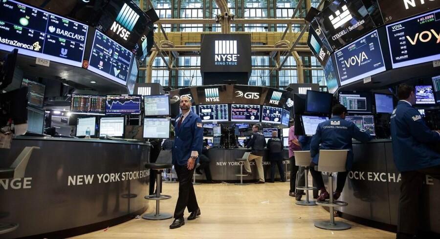 De amerikanske aktier vandt en smule af de foregående to børsdages tab tilbage mandag, hvor investorerne i vid udstrækning holdt sig på sidelinjen i et marked præget af mangel på ny inspiration.