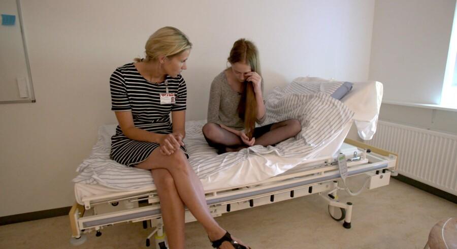 Antallet af børn og unge, der bliver indlagt med psykiske sygdomme, stiger. DR Dokumentar har fulgt behandlingen på børne- og ungdomspsykiatrisk afdeling i Odense og de dilemmaer, som lægerne og familierne står i hver dag.