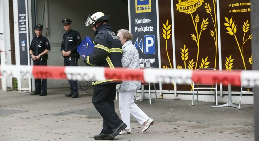 En person er død og adskillige sårede efter et knivangreb i et Edeka Supermarked i Hamburg. / AFP PHOTO / dpa / Paul Weidenbaum / Germany OUT