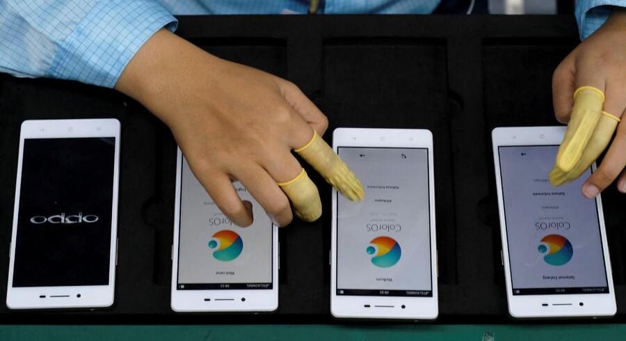 Verdens fjerdestørste mobilmærke er næppe kendt af mange danskere, men Oppo er gået 102,5 procent frem på et år takket være sine Android-smartphones, som især sælges i Kina og Indien. Her den nye F1S-telefon, som blev præsenteret i september. Arkivfoto: Beawiharta, Reuters/Scanpix
