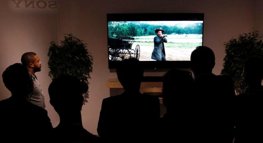 Fladskærmene mangler oftest ordentlig lyd. Det klarer lydpanelerne (den lange, vandretliggende højttaler eller »soundbar«) under skærmen, og de nyeste kan nu også få lyden til at komme oppefra - samt holde kvaliteten, når man ser film optaget i ultra-HD-kvalitet. Her er det Sony, der fremviser sin nyskabelse på verdens største elektronikmesse i Las Vegas. Foto: Steve Marcus, Reuters/Scanpix