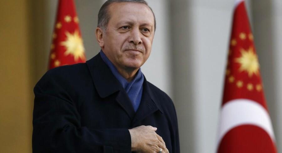 EU-kommisionen kræver en efterforskning af det tyrkiske valg om forfatningsændringer, der vil give Præsident Erdogan betydelige magtbeføjelser. Det blev et meget snævert ja - 51,4 % af vælgerne stemte for.