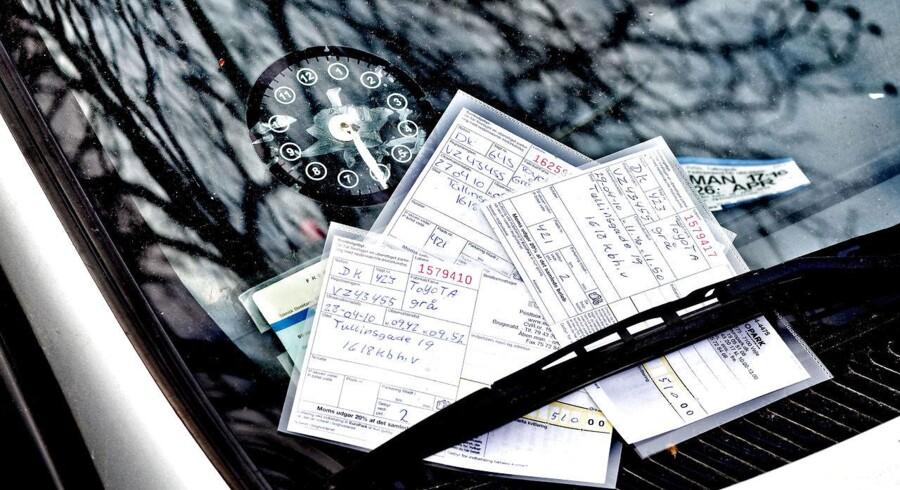Det er forlængst slut med p-bøder i plastiklommer. I dag scanner p-vagter nummerpladerne og udskriver en lille snip. Antallet af p-bøder er status quo i 2017 versus sidste år.