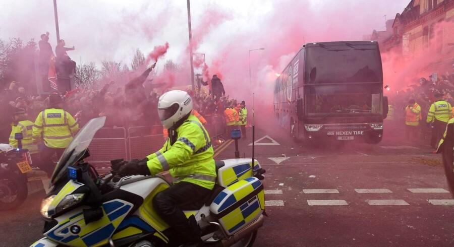Fodboldklubben Liverpool FC tager afstand fra en gruppe af klubbens tilhængere, der har angrebet Manchester Citys spillerbus forud for de to holds kvartfinale i Champions League.
