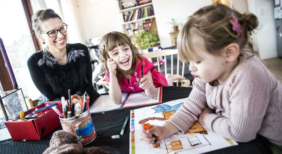Anne Sofie Borgs femårige datter, Siri(i midten), skal starte i skole næste år, og det har ikke været let at beslutte på hvilken. Der er nemlig stor forskel på de københavnske skolers ry. Her laver de opgavebog, mens lillesøster Alva tegner.