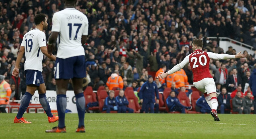 Arsenals forsvarsspiller Shkodran Mustafi (th.) bragte Arsenal foran 1-0 mod Tottenham i Premier Leagues London-derby lørdag. Scanpix/Ian Kingston