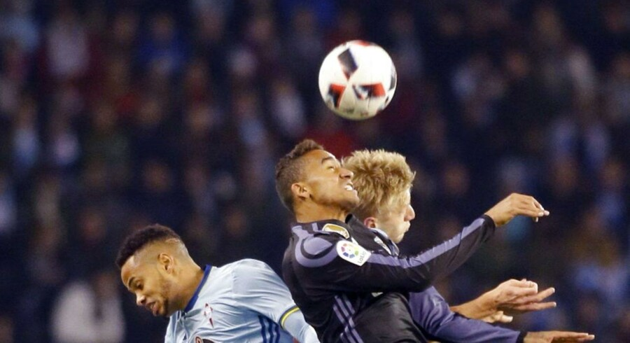 De mange hovedstød i fodbold kan føre til hovedskader, viser nyt studie. EPA/Lavandeira jr