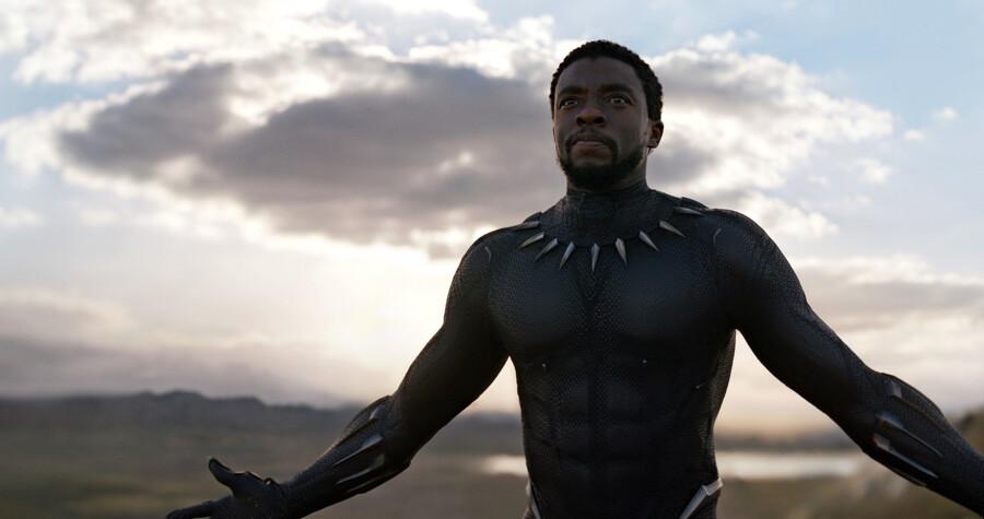 Chadwick Boseman spiller den afrikanske prins i T'Challa, der har et bijob som superhelten Black Panther.