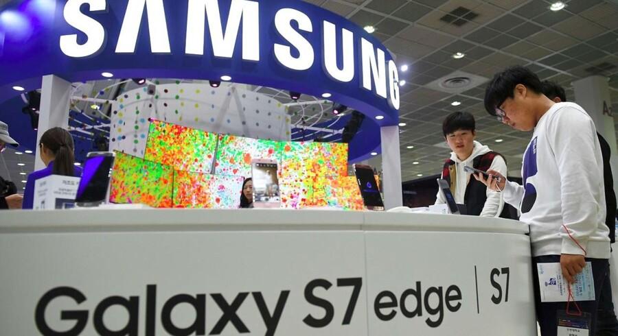 Samsung, som torsdag ventes at foretage et generationsskifte, sætter sin lid til, at det snart rekordstore salg af den anmelderroste toptelefon fra marts, Galaxy S7 og Galaxy S7 Edge, kan bringe mobilgiganten videre oven på batteriskandalen med den tilbagetrukne Galaxy Note 7. Arkivfoto: Jung Yeon-Je, AFP/Scanpix