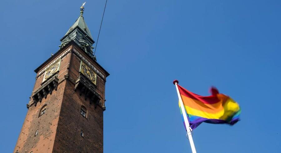 På Regnbuepladsen ved Københavns Rådhus har Copenhagen Pride fået tilladelse til at hejse et regnbueflag. Flagstangen er finansieret gennem en crowdfunding-kampagne. På den måde kunne alle, der havde lyst til at tage del i projektet være med.