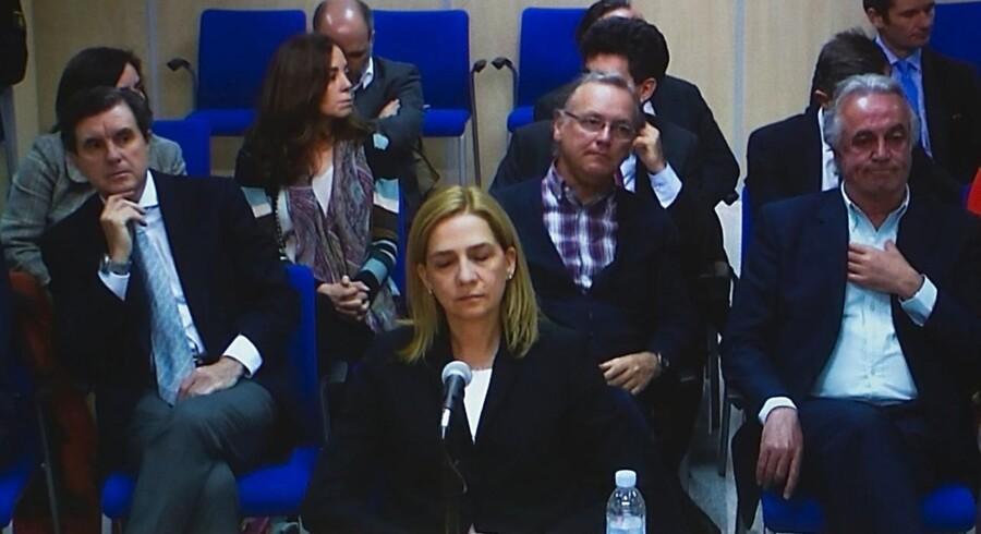 Prinsesse Cristina på et tv-transmitteret signal fra retssagen mod hende.