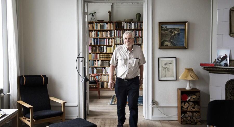 Litteraturprofessor og forfatter Thomas Bredsdorff, 80 år, har skrevet en bog om at være pårørende til en, der har Alzheimers. Hans kone, Lene, er kommet på plejehjem. Mens hun var syg derhjemme og ofte gik tidligt i seng, skrev han noterne til sin bog.