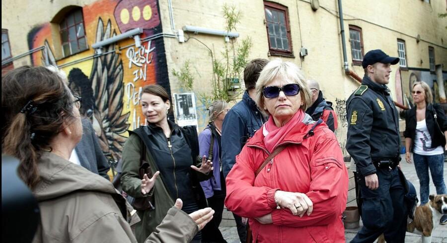 Pia Kjærsgaard hilser på en ung beboer på Christiania under et besøg på fristaden i 2012.