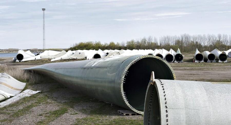 84 Vestas-medarbejdere er blevet syge af at arbejde med giftige stoffer. 64 medarbejdere har fået arbejdsskader efter arbejdet med de kemiske stoffer epoxy og isocyanater hos Siemens Wind Power. Ifølge en aktindsigt opnået af DR. Det er blandt andet her på området i Mølholm i Aalborg hvor arbejdet er foregået. Det store område er fyldt med vindmøllevinger (Arkivfoto)
