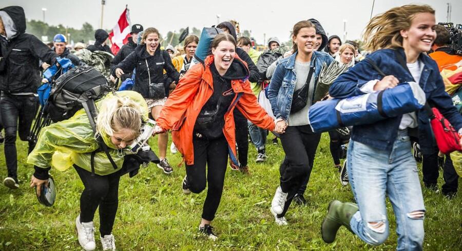 Mødre er blevet beskyldt for at være curlingforældre efter de kritiserede Roskilde Festival på deres børns vegne.