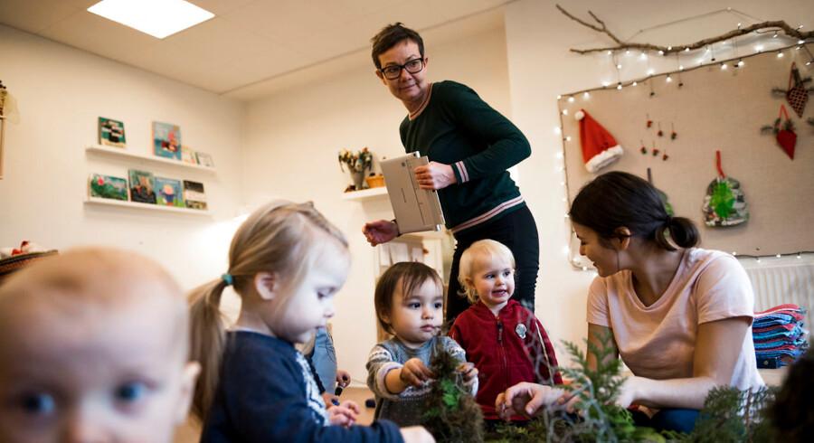 Genrebillede fra Vuggestuen Corneliusmindevej, hvor vuggestuelederen Rikke Gaard fremgår i den grønne trøje.