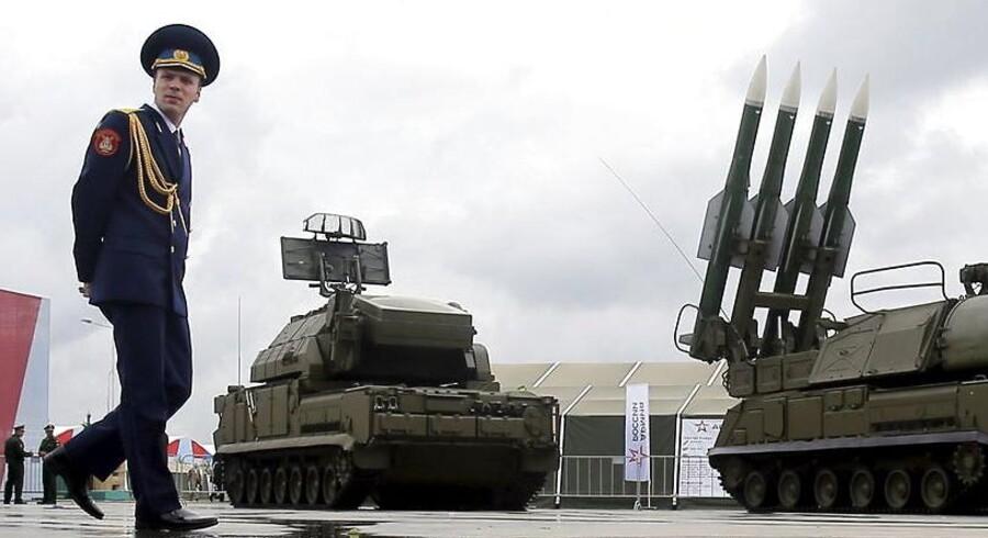 En soldat poserer ved et affyringssystem til det såkaldte Buk-missil, som produceres af den russiske våbenproducent Almas-Antey, som aktuelt er topscorer på indtægtsfronten i Rusland, hvor branchen »rider på en bølge af øgede hjemlige militærudgifter«.