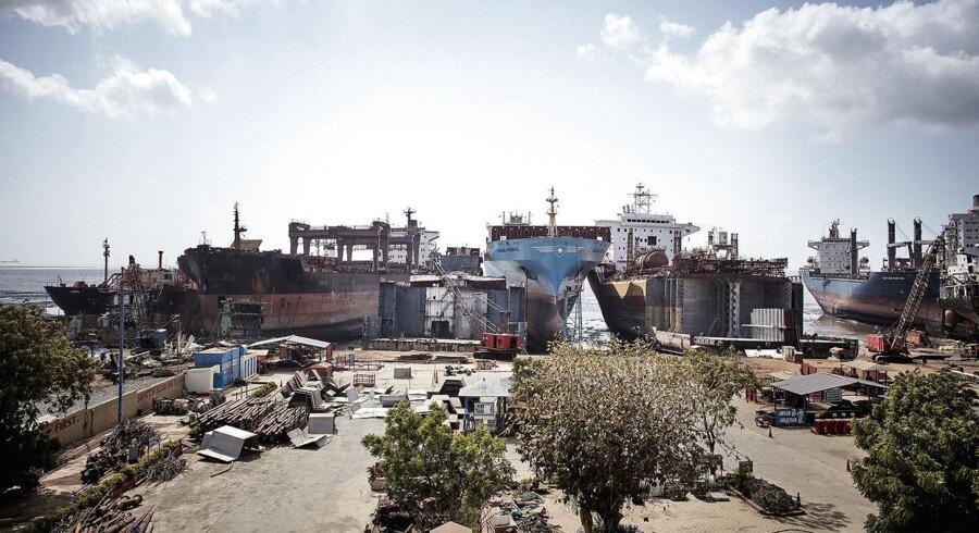 Mærsk-skibe ender på berygtet indisk strandHensynet til økonomien sender Mærsk-skibe til skrotning på berygtet indisk strand. Det danske rederi vil arbejde for at forbedre forholdene for arbejderne. Der er langt over 100 små værfter på stranden i Alang, hver med plads til mellem to og tre skibe.. (Foto: Mærsk PR/ Ture Andersen/Scanpix 2016)