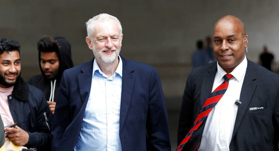 Fremgang for Labour og Jeremy Corbyns gode præstation i en TV-debat har skabt nervøsitet i den konservative lejr forud for valget om uge. Peter Nicholls/Reuters
