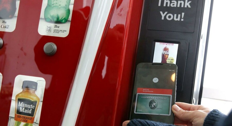 Google har nu åbnet for sin mobilbetalingstjeneste Android Pay i USA, hvor man med et klik kan betale med kreditkort via mobiltelefonen. Arkivfoto: Justin Sullivan, Getty Images/AFP/Scanpix