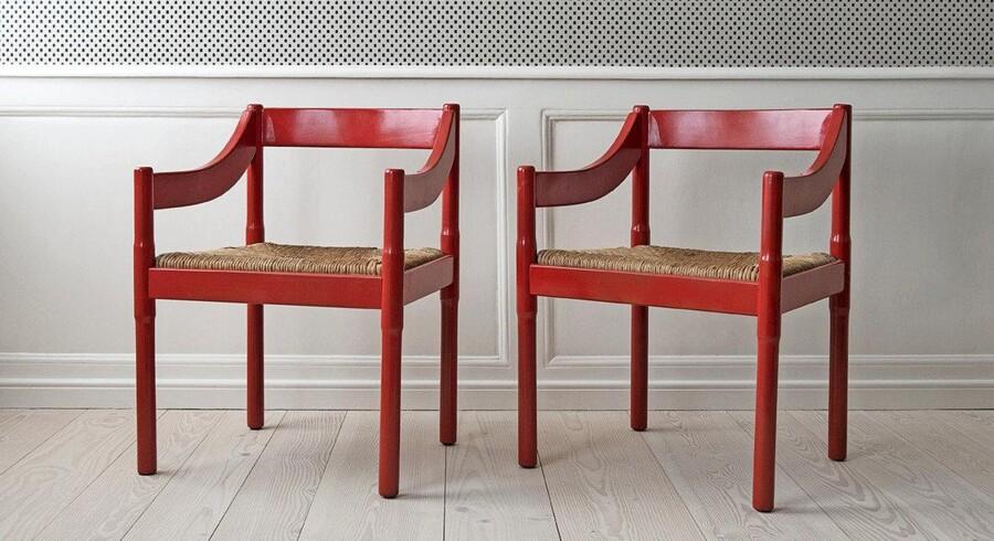 Rød har længe været dømt ude af boligindretningen, men den tid er forbi. Efter lang tids kurtiseren til støvede nuancer i den røde og rosa skala er den klare postkasserøde rykket helt i front på få, velvalgte sager i indretningen. En rødmalet stol er derfor populær netop nu, og hos The Apartment forhandler de et par af disse spisebordsstole i rødmalet træ og med flettet sæde. De er designet af Vico Magistretti i Itailen i 1959 og måler hver H75xB58xD50 cm. Vico Magistretti-stole fra The Apartment, 2 stk., 10.000 kr.