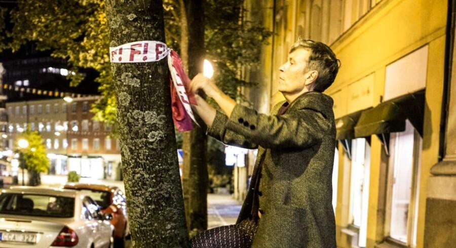 Arkivfoto: Valg i Sverige. Feministisk initiativ (Fi) hænger valg materiale op sent om aftenen. Feministisk initiativ (Fi) kan gå hen og blive det parti der kan afgøre hvem der skal have regerings magten.