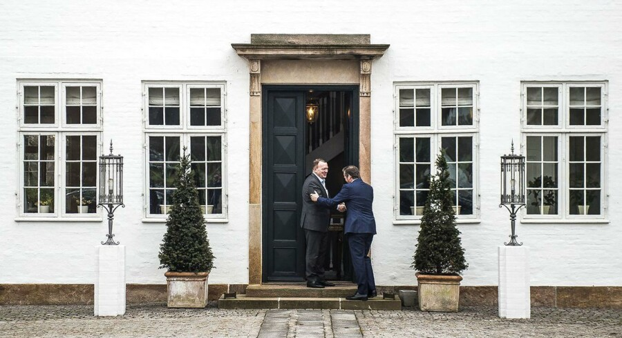 Statsminister Lars Løkke Rasmussen byder LA-formand Anders Samuelsen velkommen til forhandlinger på Marienborg. (Foto: Ólafur Steinar Gestsson/Scanpix 2016)