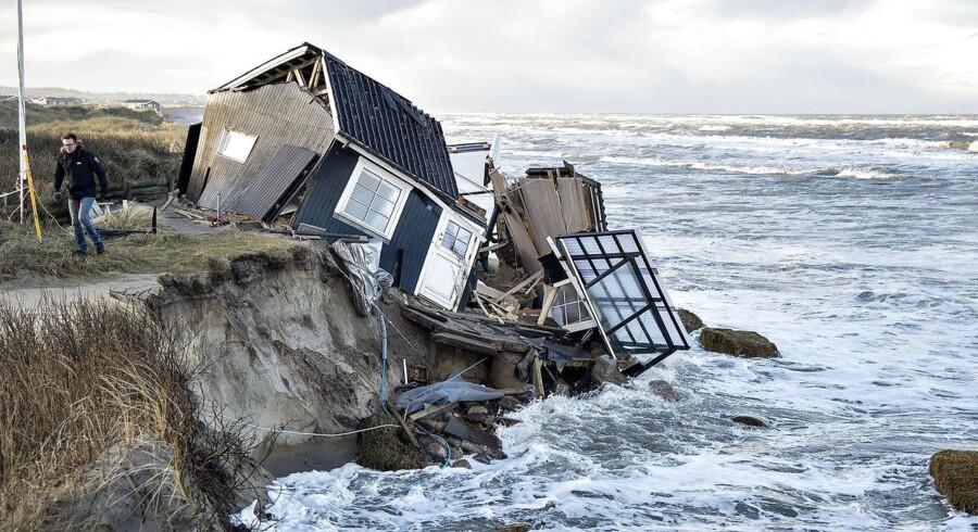 Arkivfoto: Espen Lunde Larsen (V) vil nu tillade mere hård kystsikring, så sommerhusejere kan beskytte deres ejendomme fra at ryge i havet.