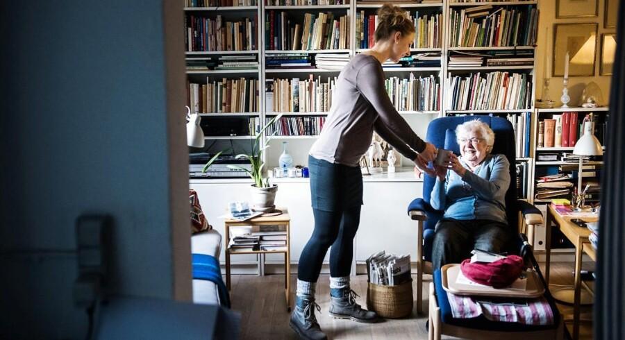 31-årige Pia Egbo er social- og sundhedshjælper i Københavns Kommune og én af dem, som har hævet sit timetal fra 30 til 35 timer efter pilotprojektet er trådt i kraft. Med en lille ny på vej kan det imidlertid blive nødvendigt at sænke det igen på et tidspunkt, og den fleksibilitet nyder hun: »Muligheden for at skrue og op ned betyder, at jeg får noget fleksibilitet ind i mit liv, og det letter min hverdag. Nu venter jeg mig igen, og alt afhængigt af hvordan det nye barn er, og hvordan det bliver at være en familie med to børn, kan det være, at jeg skruer ned igen, men det må tiden vise,« siger Pia Egbo, som på billedet er på job hos Karin Andersson.