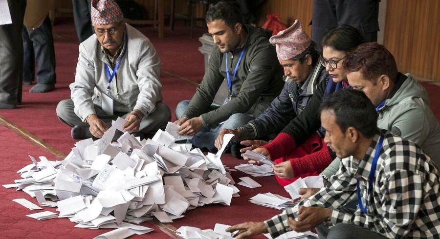 Valgtilforordnede nepalesere tæller stemmer op efter parlamentsvalget i Kathmandu i Nepal.