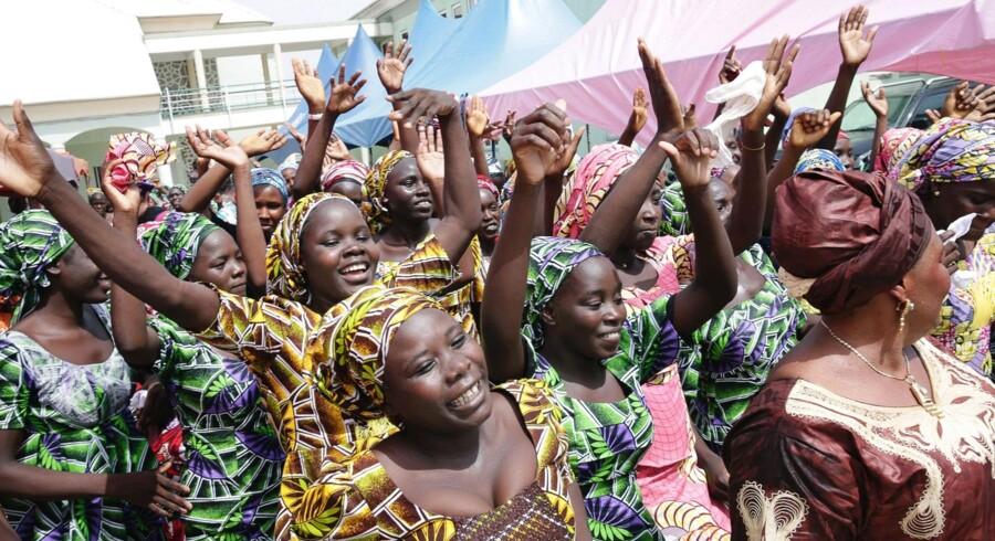 - Efter mere end tre år møder de 82 Chibok-piger, som for nylig blev befriet, med deres forældre og 23 andre skolekammerater i Abuja, skriver den nigerianske præsidents rådgiver Bashir Ahmad på Twitter. Scanpix/Sunday Aghaeze