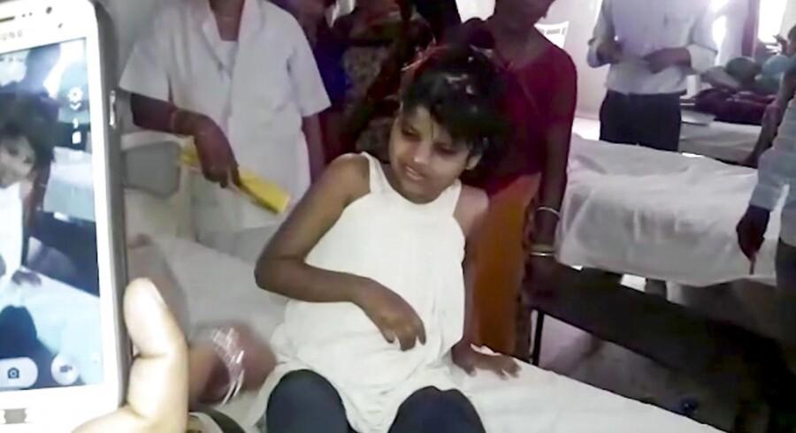 Personalet på det indiske hospital, hvor pigen er under behandling, oplyser, at pigen sidder og går som en abe og spiser ved at æde med munden. Hun har intet sprog ud over primale lyde, men er tilsyneladende ved at lære at gå på to ben.