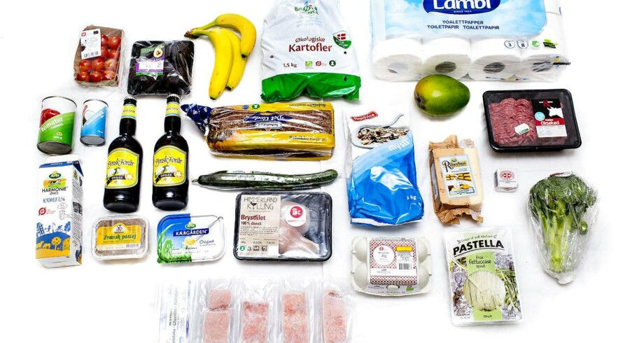 Der er hård konkurrence imellem danske supermarkeder. Danskerne køber billige råvarer og tilbereder dem i »fine køkkener«, siger ekspert.