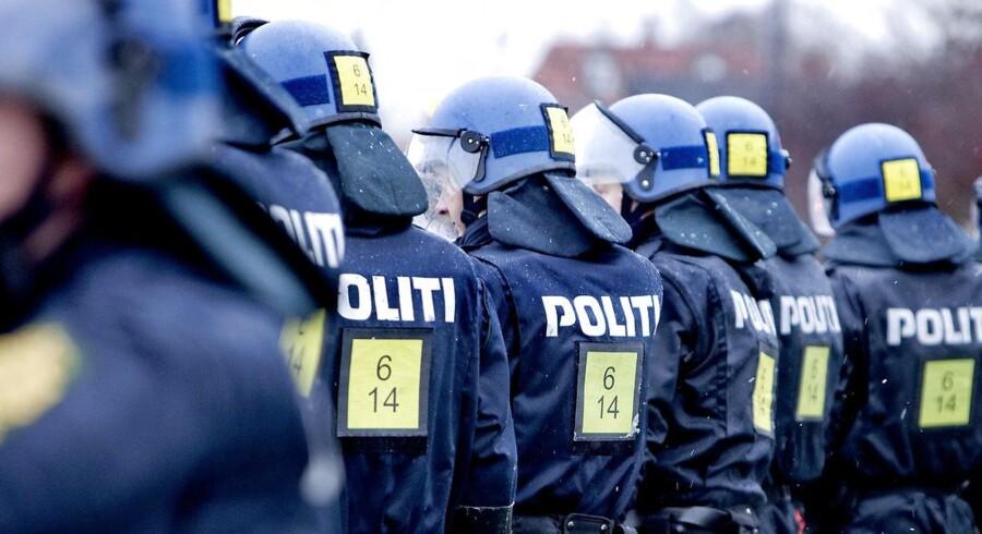 Arkivfoto: Hen over de seneste ti år er det samlede antal ansatte i den danske politistyrke steget, men stigningen er trukket frem af teknikere, IT-medarbejdere og akademikere, og ikke af betjente i blå skjorter. Polititjenestemænd er i den pågældende periode blevet færre.